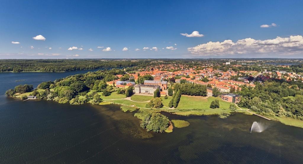 dronographica aerial imaging Sorø akademi springvand sø drone droner sommer blå himmel skyer